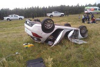 Transitaba por la Autovía Artigas, se le desprendió una rueda y volcó