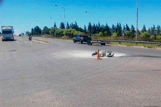 Tras colisionar una camioneta, una moto se prendió fuego y su conductora debió ser trasladada de urgencia al hospital
