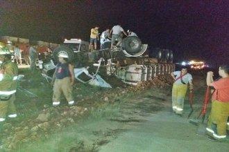 Dos personas sufrieron graves heridas y fueron rescatadas por bomberos, tras el vuelco de un camión