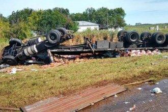 Él atrapado y su carga desparramada a un costado de la ruta, tras volcar el camión