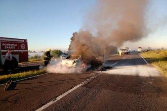 Chocó un colectivo y un auto, que ardió en llamas: hay dos fallecidos
