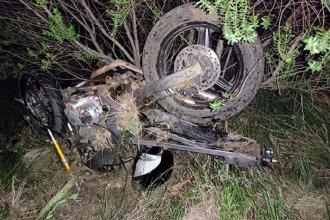 Joven motociclista terminó en grave estado tras chocar contra un auto