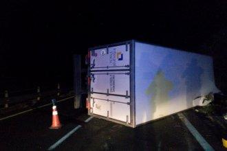 Camión de empresa de encomiendas quedó sobre la cinta asfáltica tras volcar en la Autovía Artigas