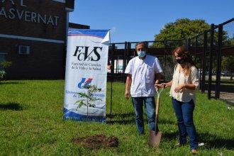 """El """"Masvernat"""" y la UADER plantaron un árbol en homenaje a los desaparecidos"""