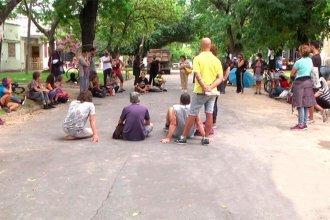 Obra paralizada: continúa el acampe contra la tala de árboles sobre calle Racedo