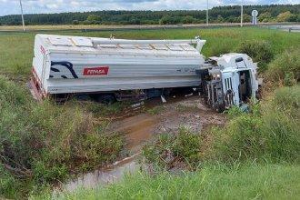 En plena autovía Artigas, volcó un camión que transportaba cereales