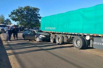 Transitaba por la zona de acceso a uno de los puentes internacionales e incrustó su auto en un camión
