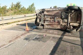 Auto que circulaba sobre la Autovía 12 volcó sobre un puente y de milagro no cayó al vacío