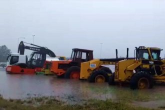 Maquinaria vial, anegada por la lluvia a la vera de la Ruta Nacional 18