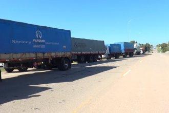 Extensa fila de camiones protestan en la frontera, por una medida del gobierno
