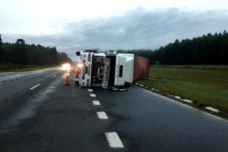 El vuelco de un camión modificó el tránsito en la Autovía