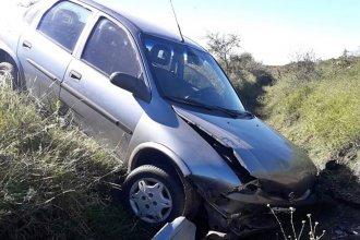 Conductora despistó con su auto y cayó a la banquina: terminó con lesiones graves