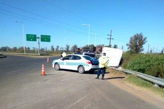 Camionero perdió el control y volcó en el acceso a una localidad entrerriana