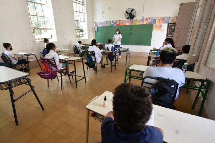 El gobierno ratifica que desde este lunes habrá clases presenciales, salvo en algunos lugares