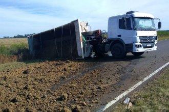 El vuelco de un camión cubrió de ripio la ruta
