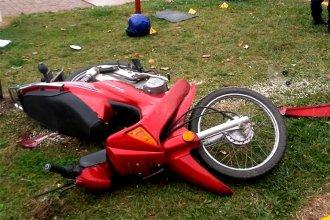Iba en moto, chocó contra una camioneta y falleció