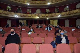 Respetando distancia, sesionaron en el teatro principal de la ciudad para homenajear al ministro fallecido