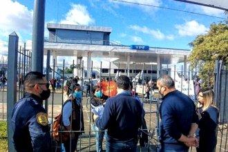 Merenderos acudieron a las puertas de hipermercado para pedir ayuda, ante la escasa respuesta municipal