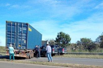 Camión cruzó de carril, bloqueó el camino y camionetas lo chocaron: hay dos fallecidos