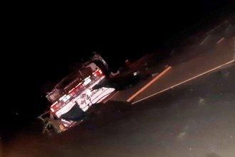 Un camión cargado de placas de yeso volcó y su conductor tuvo que ser hospitalizado