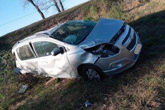 Conductor se encandiló por el sol y destrozó su auto