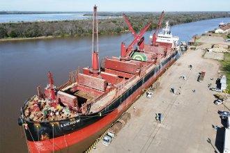 En simultáneo, dos buques cargan madera en los puertos entrerrianos