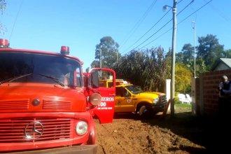 Bomberos, policías, vecinos y operarios de una empresa ayudaron a sofocar un incendio