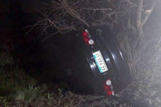 """Una familia despistó en la autovía Artigas y el auto """"de milagro"""" no cayó al agua"""