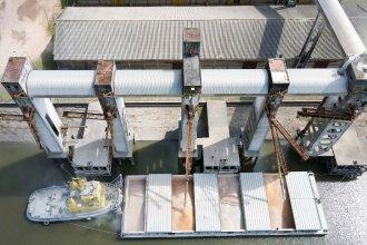 """El puerto de """"la histórica"""" recuperó su elevador de granos y comenzó a cargar en barcazas"""