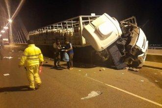 Peligroso accidente: chocó un camión cargado con garrafas y hay dos hospitalizados