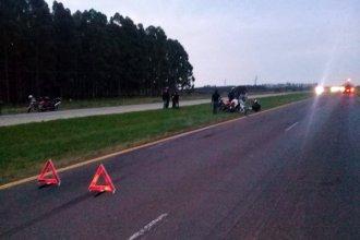 Una soga se enredó en la rueda de la moto, cayó y sufrió un grave accidente en la autovía