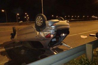 Volcó su vehículo en la autovía y quedó con las 4 ruedas hacia arriba