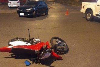 Motociclista fue hospitalizado tras chocar contra un auto