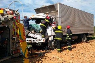 Bomberos rescataron a un hombre que había quedado atrapado en la cabina de un camión, tras ser chocado por otro vehículo