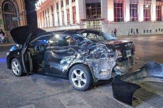 Fuerte choque en el centro de la ciudad entre un auto y un colectivo terminó con heridos