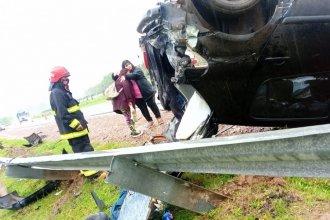 Viajaban hacia Concordia, pero su auto volcó en medio de la lluvia y quedó contra el guardarraíl