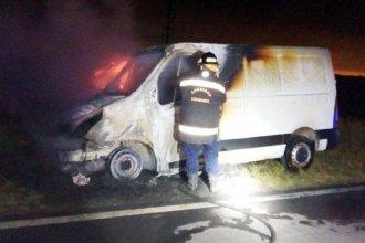 Camioneta se prendió fuego en la ruta y quedó consumida totalmente