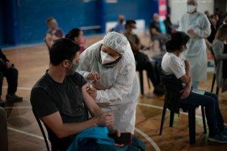 El promedio semanal de contagios sigue en baja: este viernes registraron 1.358 en el país