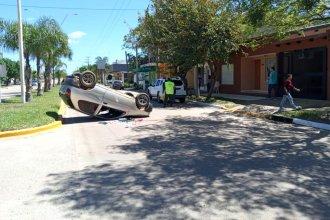 Se accidentó y terminó con su auto con las 4 ruedas hacia arriba