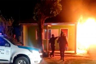 Vecinos intentaron linchar a un presunto abusador: incendiaron un auto y una moto y la policía disparó balas de goma