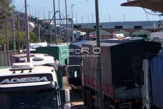 Alerta en puente internacional por una larga fila de camiones que comprometería su estructura