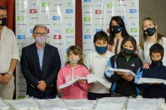 Entregaron guardapolvos confeccionados por una cooperativa textil a una escuela de Concordia