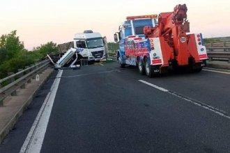 Camionero chocó contra la cabecera de un puente: el tránsito está interrumpido hacia Buenos Aires