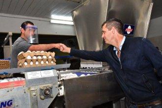 """De campaña: Cresto visitó una granja avícola y habló de """"garantizar la igualdad de oportunidades en las poblaciones rurales"""""""