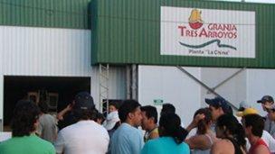 Obreros de Tres Arroyos denuncian hostigamiento en la planta