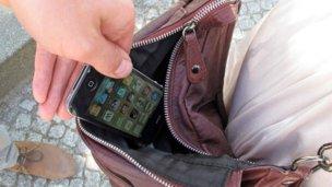 Joven de La Paz le robó el celular a un turista