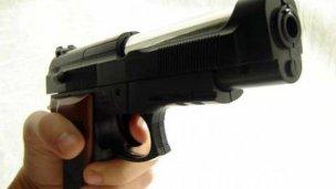 Lo denunció y entregó un arma a la Policía