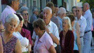Jubilados deben pedir préstamos para llegar a fin de mes