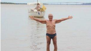 Con 83 años unió Colón y Paysandú, a nado