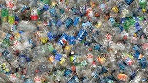 Colocan contenedores para tapitas y botellas plásticas